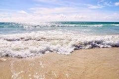 μπλε ύδωρ φυσικά κύματα σύστασης θάλασσας σχεδίου έργου τέχνης λευκό σύννεφων Στοκ Εικόνα