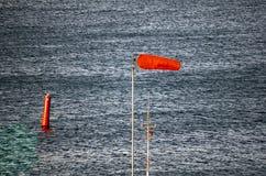 Μπλε ύδωρ χάλυβα με τον κόκκινο σημαντήρα και airtube Στοκ φωτογραφίες με δικαίωμα ελεύθερης χρήσης