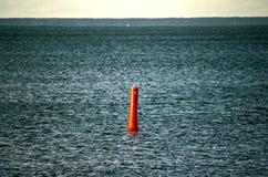 Μπλε ύδωρ χάλυβα με τον κόκκινο σημαντήρα Στοκ φωτογραφία με δικαίωμα ελεύθερης χρήσης