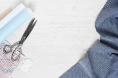 Μπλε ύφασμα και ράβοντας εργαλεία Στοκ Φωτογραφία