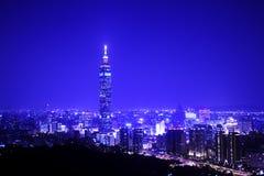 Μπλε ύφος της σκηνής νύχτας του Ταιπέι με Taipei101 Στοκ Φωτογραφίες