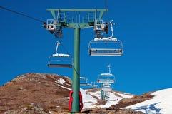 μπλε chairlift συμπαθητικός ουρανός βουνών Στοκ εικόνα με δικαίωμα ελεύθερης χρήσης