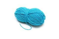 μπλε kni κουβαριών ριγωτό μαλλί νημάτων Στοκ Φωτογραφίες