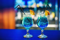 Μπλε Martini κοκτέιλ στο γυαλί με το πορτοκάλι στο φραγμό εύγευστο και ζωηρόχρωμο με το οινόπνευμα Στοκ εικόνες με δικαίωμα ελεύθερης χρήσης