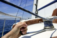 μπλε sailboat θερινό ύδωρ ουραν&omicro Στοκ φωτογραφία με δικαίωμα ελεύθερης χρήσης
