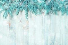 μπλε snowflakes ανασκόπησης άσπρος χειμώνας Μπλε κλάδοι δέντρων έλατου με χειμερινά snowflakes στο ξύλινο υπόβαθρο Στοκ Εικόνες