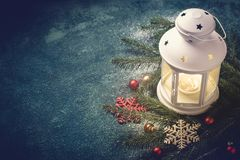 μπλε snowflakes χιονιού Χριστουγέννων ανασκόπησης Σύνθεση των κλάδων φαναριών και έλατου Στοκ Φωτογραφίες