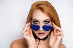 Μπλε sunglass γυναικών Στοκ φωτογραφία με δικαίωμα ελεύθερης χρήσης