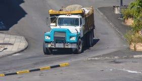 Μπλε truck απορρίψεων που κυλά με το πλήρες φορτίο Στοκ Εικόνες