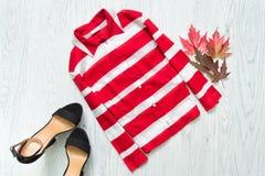 Μπλούζα στα κόκκινα και άσπρα λωρίδες και τα μαύρα παπούτσια 9 autumn colors μοντέρνη έννοια Στοκ εικόνα με δικαίωμα ελεύθερης χρήσης