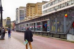 ΜΠΟΓΚΟΤΑ, ΚΟΛΟΜΒΙΑΣ - 22 ΟΚΤΩΒΡΙΟΥ, 2017: Άποψη της στάσης λεωφορείου και των σύγχρονων κτηρίων στο στο κέντρο της πόλης της πόλη Στοκ εικόνες με δικαίωμα ελεύθερης χρήσης