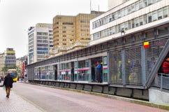 ΜΠΟΓΚΟΤΑ, ΚΟΛΟΜΒΙΑΣ - 22 ΟΚΤΩΒΡΙΟΥ, 2017: Άποψη της στάσης λεωφορείου και των σύγχρονων κτηρίων στο στο κέντρο της πόλης της πόλη Στοκ Εικόνες