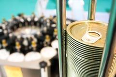 Μπορέστε καπάκια στο κονσερβοποιώντας εργοστάσιο Στοκ Εικόνες