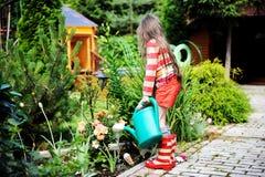 μπορέστε να καλλιεργήσετε κορίτσι πράσινο λίγο πότισμα Στοκ Εικόνα