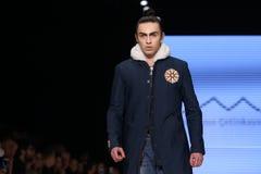 Μπορέστε στενός διάδρομος Yunus Cetinkaya στην εβδομάδα Ιστανμπούλ μόδας της Mercedes-Benz Στοκ Εικόνες