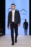 Μπορέστε στενός διάδρομος Yunus Cetinkaya στην εβδομάδα Istanb μόδας της Mercedes-Benz Στοκ φωτογραφία με δικαίωμα ελεύθερης χρήσης