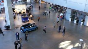 Μπορντούρα της Bmw Γερμανία Μόναχο Γενική άποψη της υποδομής μέσα στην έκθεση αυτοκινήτων απόθεμα βίντεο