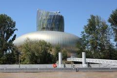 Μπορντώ, νουβέλα Aquitaine/Γαλλία - 09 02 2018: Λα Cite du Vin, το μουσείο κρασιού της άποψης του Μπορντώ από Garonne βαρκών τον  στοκ φωτογραφίες με δικαίωμα ελεύθερης χρήσης