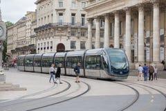 Μπορντώ, Aquitaine/Γαλλία - 06 11 2018: Άνθρωποι σκηνής οδών πόλεων που περπατούν στην οδό με την τροχιοδρομική γραμμή στην κεντρ στοκ φωτογραφία με δικαίωμα ελεύθερης χρήσης