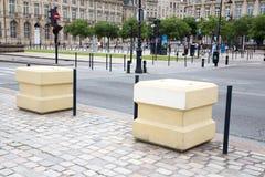 Μπορντώ, Aquitaine/Γαλλία - 06 11 2018: Αντι επίθεση παρείσφρυσης τσιμεντένιων ογκόλιθων Blocstop στοκ εικόνες με δικαίωμα ελεύθερης χρήσης