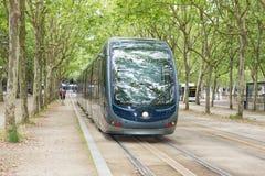 Μπορντώ, Aquitaine/Γαλλία - 06 11 2018: Το τραμ περνά από κεντρικός στο Μπορντώ Γαλλία στοκ φωτογραφία
