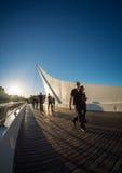 Άνθρωποι που διασχίζουν το Λα Mujer γεφυρών Στοκ εικόνες με δικαίωμα ελεύθερης χρήσης