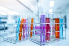 Μπουκάλια γυαλιού που περιέχουν τις διάφορες χημικές ουσίες στο εργαστήριο εργαστηριακών έρευνας και ανάπτυξης επιστήμης έννοια ρ στοκ φωτογραφία με δικαίωμα ελεύθερης χρήσης