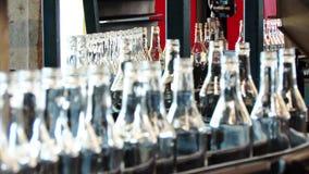 Μπουκάλια γυαλιού στο μεταφορέα στο εργοστάσιο τεχνολογίας φιλμ μικρού μήκους