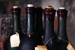 μπουκάλια διάφορο κρασί στοκ φωτογραφία