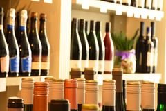 Μπουκάλια κρασιού στο κατάστημα κρασιού Στοκ Εικόνες