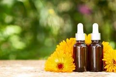 Μπουκάλια με το πετρέλαιο calendula λουλουδιών στη φύση backgraund, βιο, org στοκ φωτογραφία με δικαίωμα ελεύθερης χρήσης