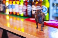 Μπουκάλια μικρογραφιών και μπύρας του Bull σε έναν μετρητή φραγμών στοκ εικόνες