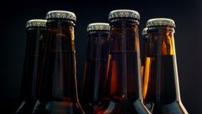 Μπουκάλια μπύρας που περιστρέφονται στο μαύρο υπόβαθρο απόθεμα βίντεο