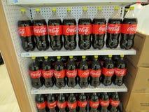 Μπουκάλια ποτών κόλας κοκοφοινίκων που επιδεικνύονται για την πώληση μέσα σε ένα μανάβικο, 2018, εκδοτικό Στοκ Φωτογραφία