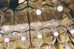 Μπουκάλια που συσσωρεύονται στον πυροβολισμό ραφιών μετάλλων στοκ εικόνα με δικαίωμα ελεύθερης χρήσης
