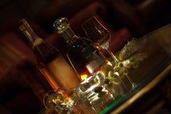 Μπουκάλια ρουμιού και ουίσκυ σε ένα σαλόνι φραγμών πούρων Στοκ Εικόνα