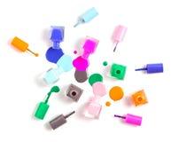 Μπουκάλια στιλβωτικής ουσίας καρφιών στο χρώμα που απομονώνεται στο λευκό στοκ φωτογραφία με δικαίωμα ελεύθερης χρήσης