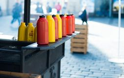 Μπουκάλια του κέτσαπ και της μουστάρδας Στοκ Εικόνες