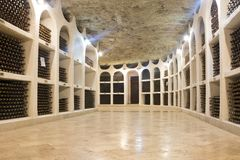 Μπουκάλια του κρασιού που συσσωρεύονται στο κελάρι κρασιού Οινοποιία Cricova στη Μολδαβία, Ευρώπη στοκ φωτογραφίες