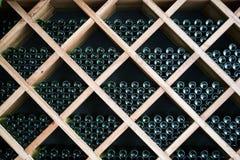 Μπουκάλια του κρασιού σε ένα κελάρι κρασιού στοκ φωτογραφία με δικαίωμα ελεύθερης χρήσης