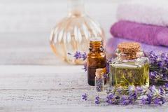 Μπουκάλια του ουσιαστικού πετρελαίου και των φρέσκων lavender λουλουδιών Στοκ Φωτογραφία