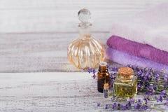 Μπουκάλια του ουσιαστικού πετρελαίου και των φρέσκων lavender λουλουδιών Στοκ Εικόνα