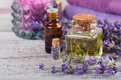Μπουκάλια του ουσιαστικού πετρελαίου και των φρέσκων lavender λουλουδιών Στοκ Εικόνες
