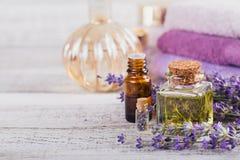 Μπουκάλια του ουσιαστικού πετρελαίου και των φρέσκων lavender λουλουδιών Στοκ φωτογραφία με δικαίωμα ελεύθερης χρήσης