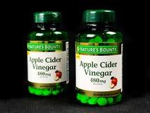 2 μπουκάλια του συμπληρώματος ξιδιού μηλίτη της Apple γενναιοδωρίας φύσης ` s στοκ φωτογραφία