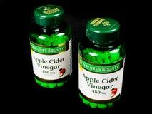 2 μπουκάλια του συμπληρώματος ξιδιού μηλίτη της Apple γενναιοδωρίας φύσης ` s στοκ εικόνα