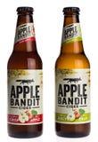 Μπουκάλια του Juicy αχλαδιού ληστών της Apple και του μηλίτη της Apple που απομονώνονται στο W Στοκ Φωτογραφία