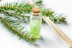 Μπουκάλια των κλάδων άλατος και έλατου θάλασσας για aromatherapy και τη SPA επάνω Στοκ εικόνες με δικαίωμα ελεύθερης χρήσης