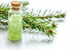 Μπουκάλια των κλάδων άλατος και έλατου θάλασσας για aromatherapy και τη SPA επάνω Στοκ Εικόνες