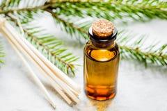 Μπουκάλια των κλάδων ουσιαστικού πετρελαίου και έλατου για aromatherapy και το s Στοκ εικόνα με δικαίωμα ελεύθερης χρήσης